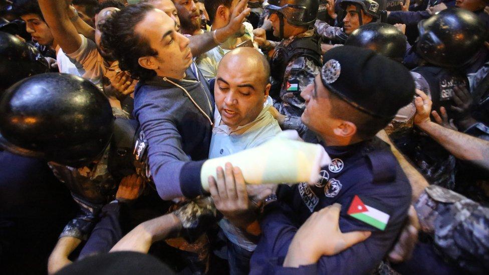 رئيس الوزراء هاني الملقي استقال من منصبه بعد استمرار الاحتجاجات لأيام