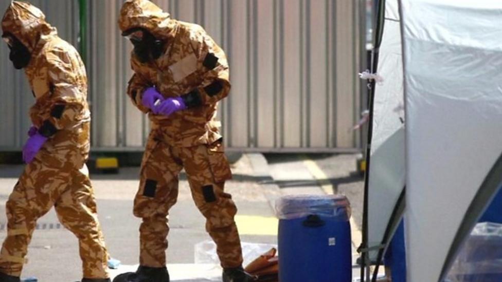 ارتدت قوات الشرطة سترات واقية من المواد الضارة أثناء فحص وتفتيش موقع تعرض شخصين في سالزبري لغاز أعصاب