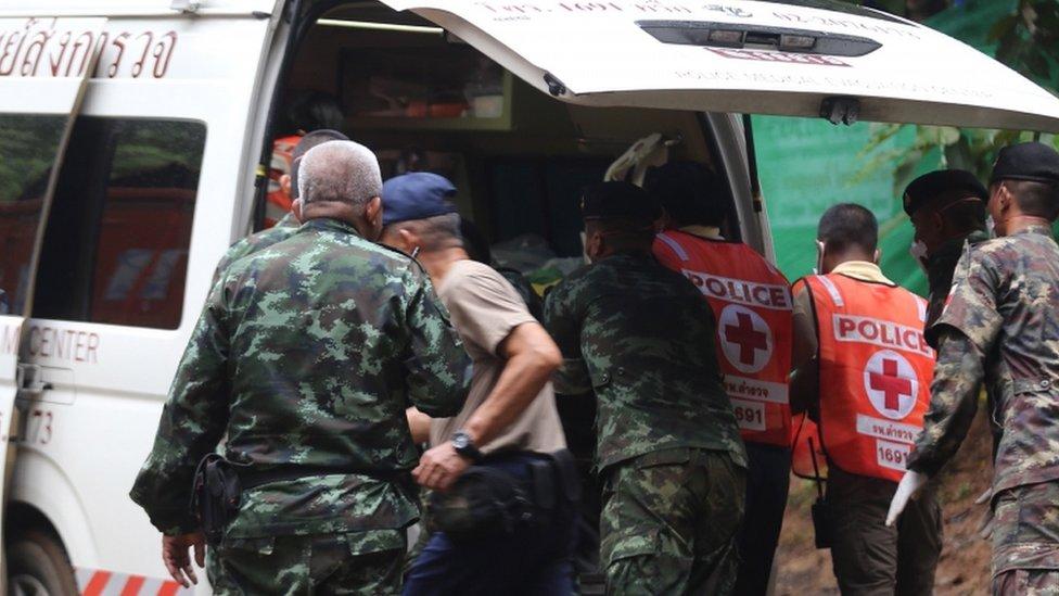 فرق الإنقاذ تسعى لإتمام مهمة إخراج الأطفال من الكهف قبل سقوط المزيد من الأمطار