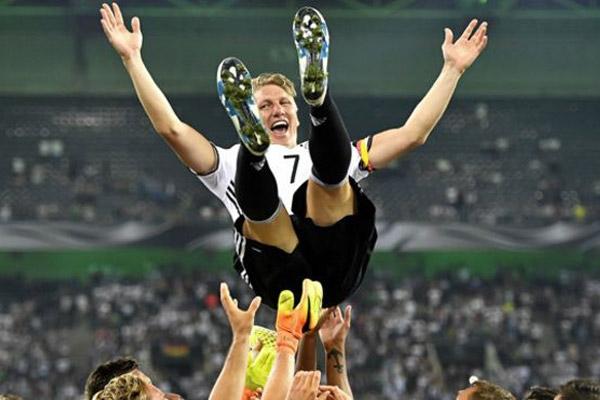 رفاق شفاينشتايغر في المنتخب الالماني يحتفون به بعد ان لعب آخر مبارياته في المنتخب ضد المنتخب الفنلندي الاسبوع الماضي