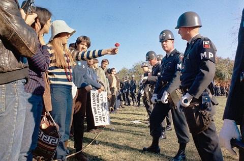 هيبيون خلال مسيرتهم إلى البنتاغون احتجاجا ضد حرب فيتنام سنة 1967