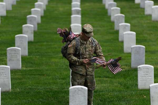 جندي أميركي يزور مدافن يرقد فيها زملاؤه الذين قضوا في حروب