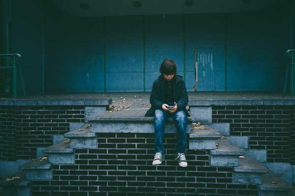 الواقع الافتراضي الذي فرضه الانترنت تسبب بعزلة اجتماعية