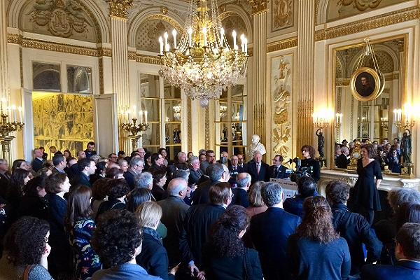 الكاتبة المغربية ليلى السليماني لحظة توشيحها من طرف أودري أزولاي، وزيرة الثقافة والاتصال في فرنسا
