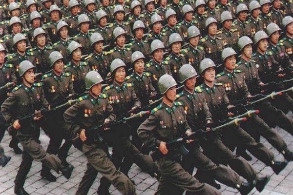 قوة كوريا الشمالية تخفي ضعفًا داخليًا يعانيه سكانها