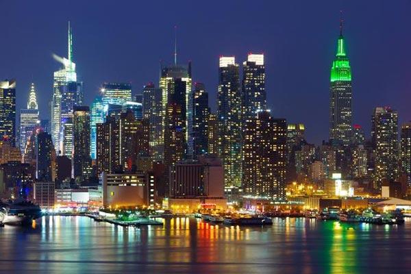مشهد من مدينة نيويورك ليلًا