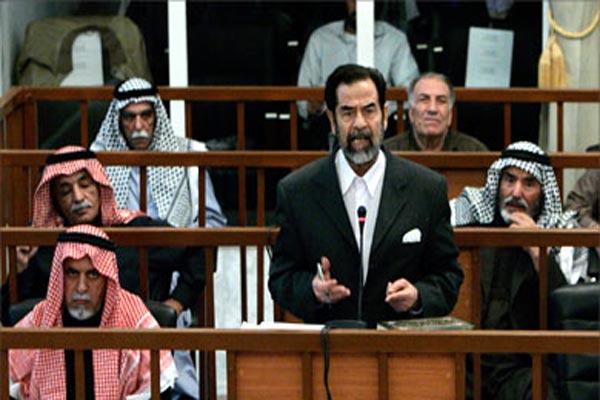 صدام حسين أثناء محاكمته