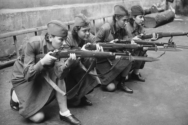 نساء على الجبهات لم تنسيهن المعركة أنوثتهن
