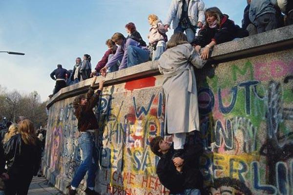 لحظة إسقاط حائط برلين شكلت مرحلة مهمة في التاريخ المعاصر للدولة الألمانية