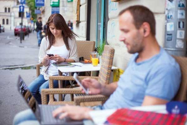 السفر عبر الشبكة العنكوتية... اتصال أم انفصال اجتماعي؟