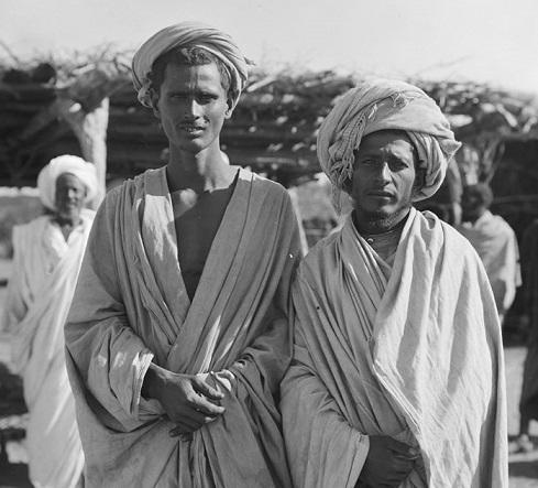 شخصان من قبيلة الرشايدة العربية في مدينة نقف.