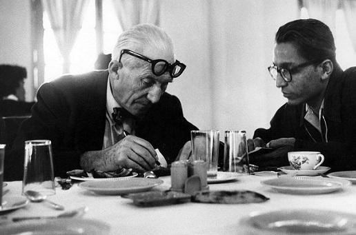 لو كوربزيه مع بالكريشنا دوشي، في اوائل الخمسينات.