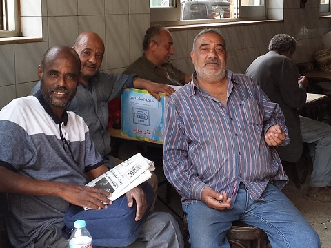 الكاتب مع أصدقائه المعاشيين، في مقهى (النسيم) بشارع كلوب بيك ـ العتبة ـ القاهرة