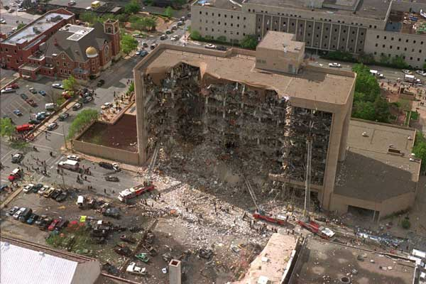 مبنى ألفرد مورا فيدرال سيتي في أوكلاهوما سيتي بعد انفجار شاحنة مفخخة في أبريل 1995