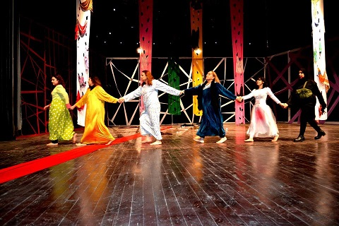 سبايا بغداد ... يتصارخن على المسرح الوطني!