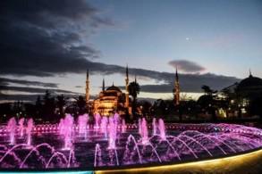 منظر عام للمسجد الأزرق في مركز السلطان أحمد السياحي في إسطنبول
