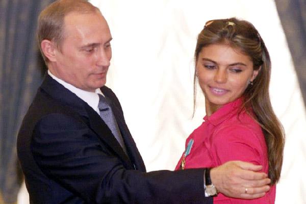 بوتين وكابييفا ويظهر خاتم الارتباط بيد الرئيس اليمنى