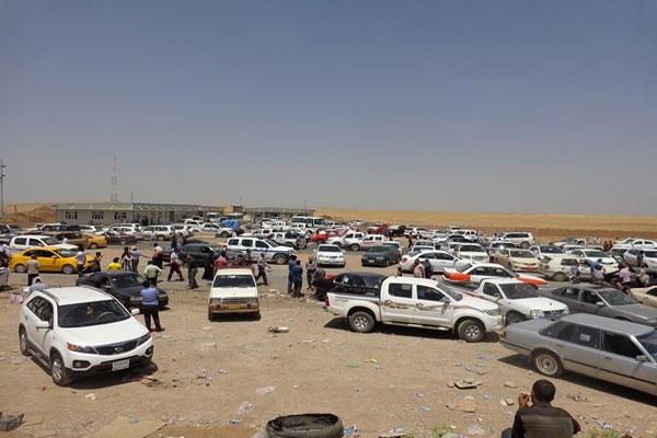 في الموصل سيارات تقلّ عائلات نازحة عنها