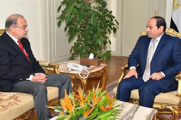 السيسي مجتمعًا إلى رئيس الحكومة المصرية