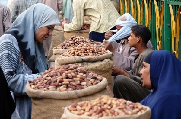 فلاحون مصريون يبيعون محصولهم من التمور - أرشيفية