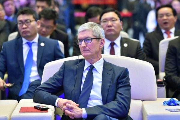 رئيس آبل تيم كوك خلال مؤتمر الانترنت في الصين