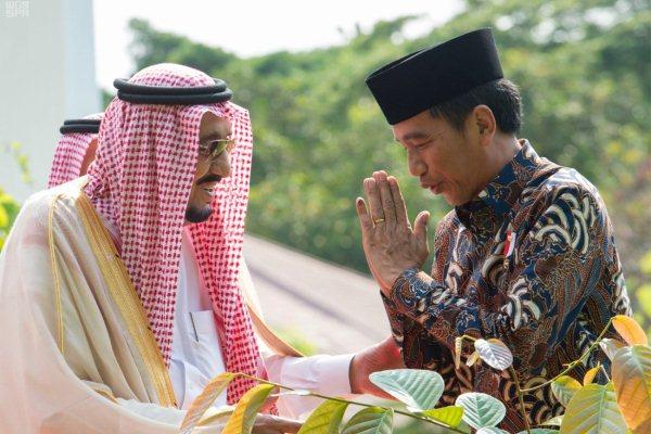 العاهل السعودي الملك سلمان بن عبدالعزيز والرئيس الاندونيسي جوكو ويدودو