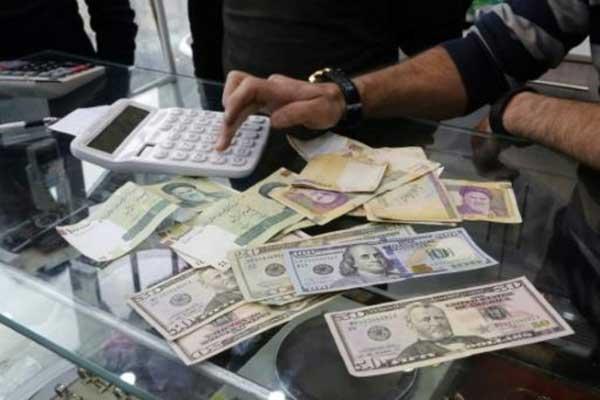 إيرانيون في مكتب لصرف العملات في طهران بتاريخ 28 ديسمبر 2016