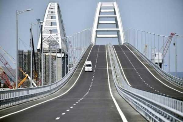 جسر القرم فوق مضيق كيرتش يربط شبه الجزيرة بجنوب روسيا. تاريخ التقاط الصورة الثلاثاء 15 مايو 2018
