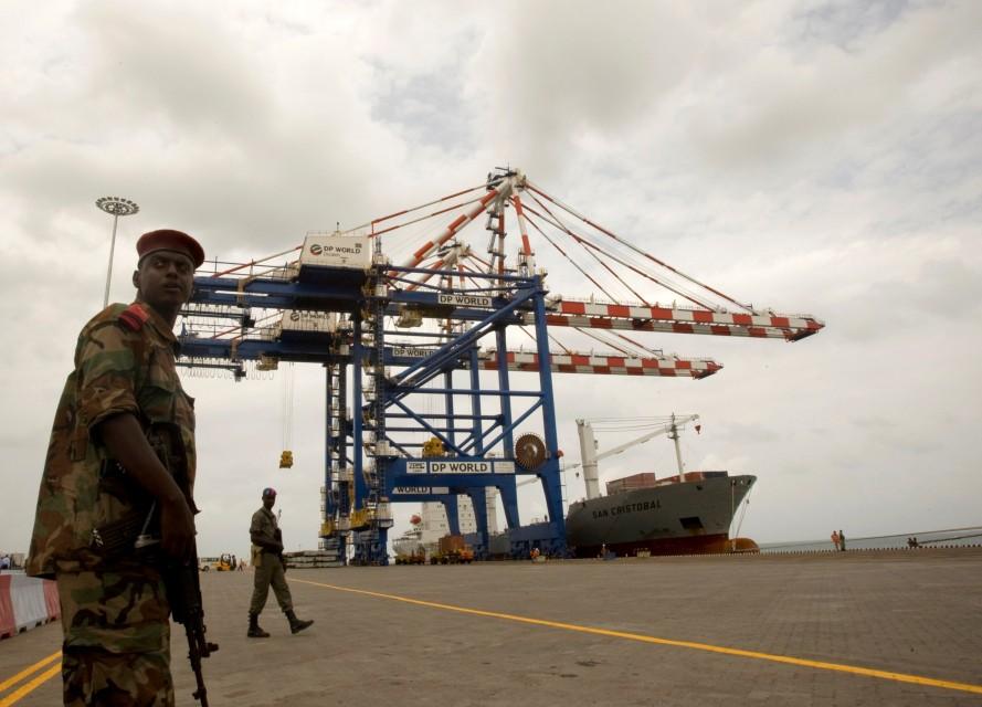 جنود يحرسون ميناء