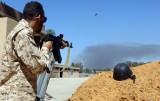 مقاتل في قوات حكومة الوفاق الوطني أثناء معركة ضد مقاتلي المشير خليفة حفتر في 7 أيار/مايو 2019 قرب طرابلس