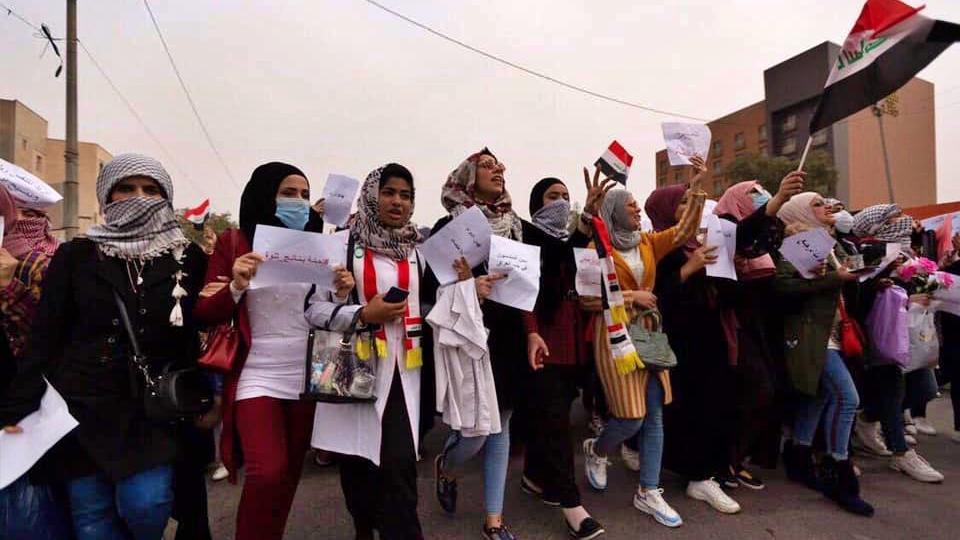 متظاهرات في النجف يشاركن في انطلاق احتجاجات العام الماضي