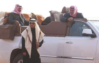 صورة للأمير الراحل مع والده الأمير مقرن بن عبدالعزيز