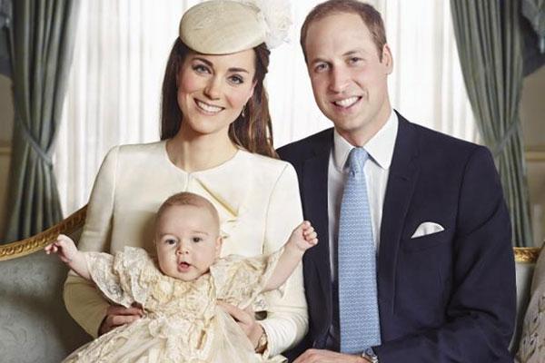 الأمير ويليام وكيت ميدلتون وابنهما جورج في طفواته