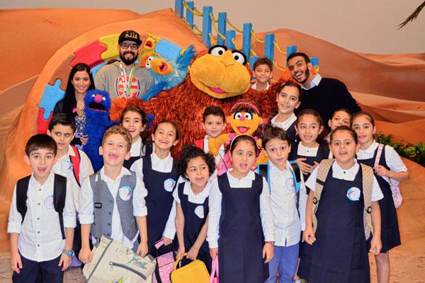 ياسر الياسري مع شخصيات وأطفال برنامج