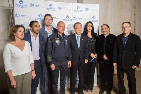 أسماء المنور تتوسط بان كي مون، الأمين العام للأمم المتحدة، وبيرتراند بيكار، ربان الطائرة الشمسية