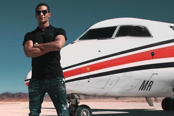 محمد رمضان أمام طائرة الفايد الخاصة