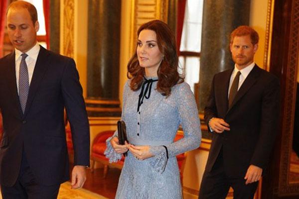 كيت ميدلتون بين الأميرين