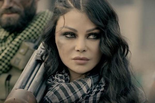هيفاء وهبي تحمل السلاح في حقيبتها
