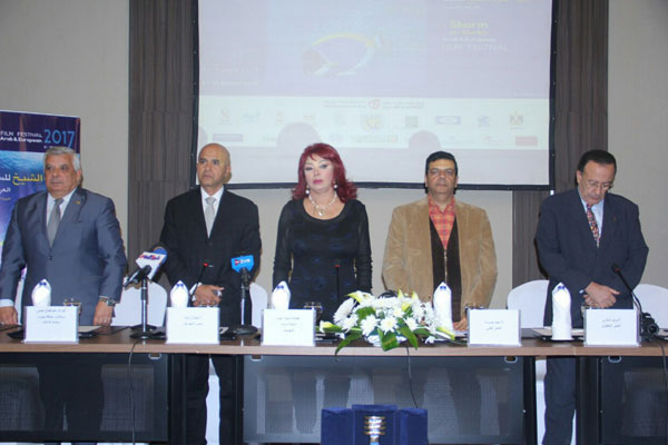 نبيلة عبيد مع القيمين على المؤتمر