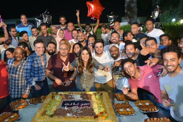 ياسمين عبد العزيز تحتفل مع فريق العمل وأسرة الشركة المنتجة