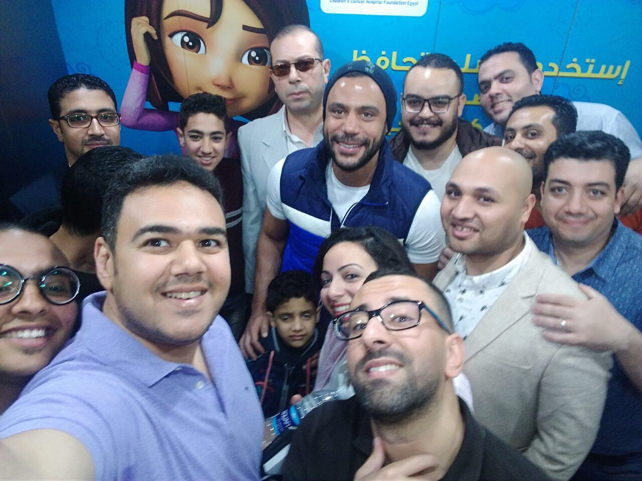 محمد إمام خلال زيارته لمستشفى سرطان الاطفال