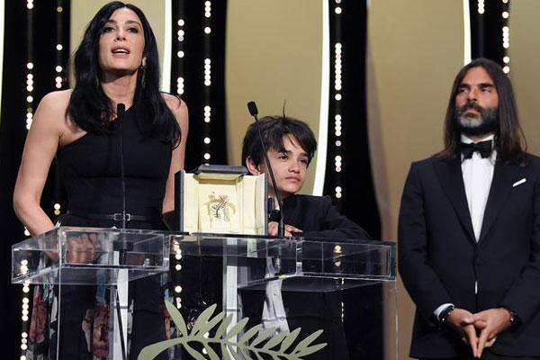 نادين لبكي على المنصة مع الجائزة