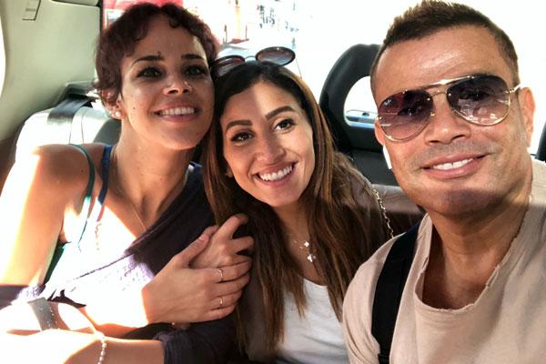 دينا الشربيني تظهر مع عمرو دياب وابنته