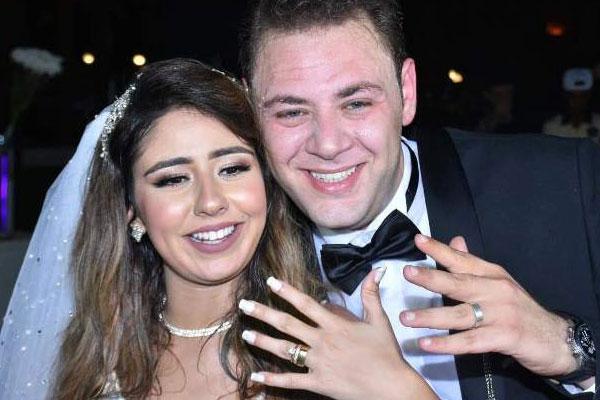 العروسان يستعرضان الدبلة