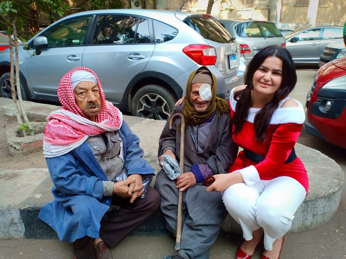 سما المصري: وزعت الملابس على الفقراء من أجل الخير
