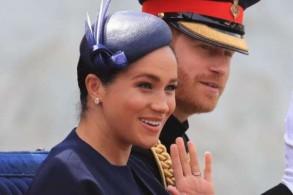 الثنائي الملكي ويبدو الخاتم الجديد في يد ميغان