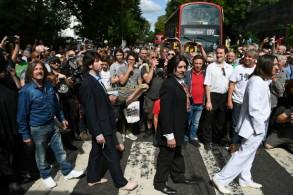 محبو الفرقة على ممر المشاة الشهير في لندن