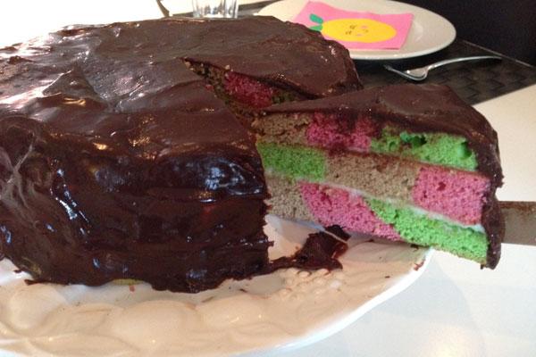 الكعكة الملونة السعيدة