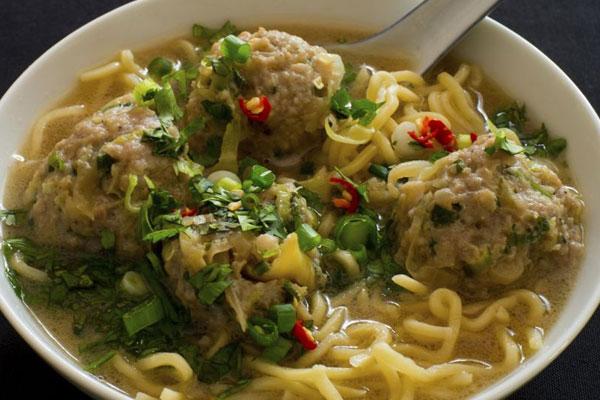 حساء النودلز الآسيوي