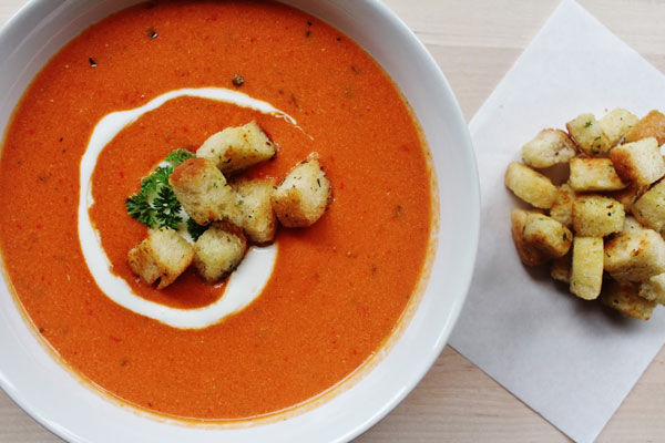 حساء الطماطم بصلصة الريحان